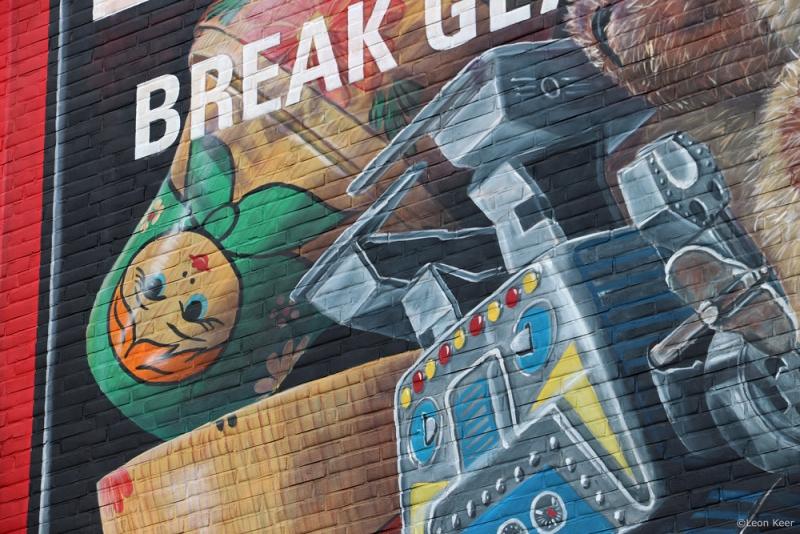 toys-vintage-robot-mural-leonkeer