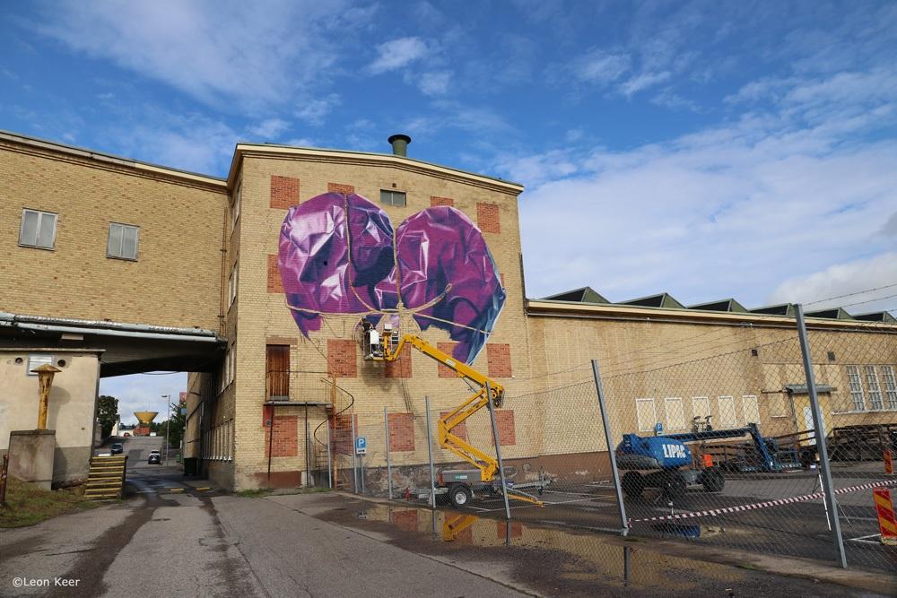 leonkeer-wip-mural-streetart-wrapped-heart-graffiti-art
