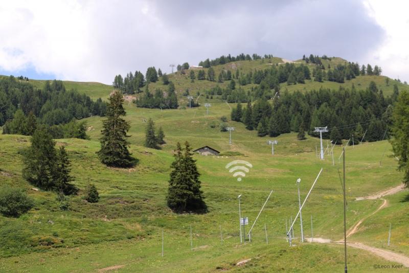 offline-grass-art-leonkeer-field-mountains